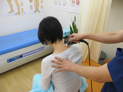 超音波治療器での施術中の写真