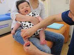 小児鍼施術中の写真