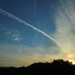 飛行機雲と夕焼け空