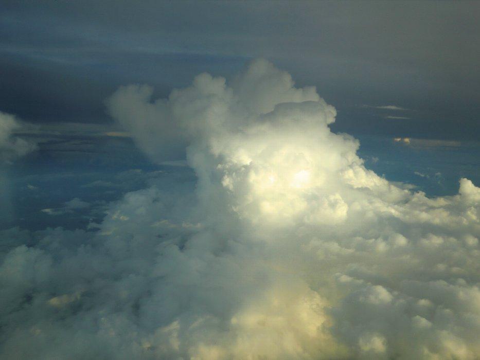 夕日に照らされた入道雲